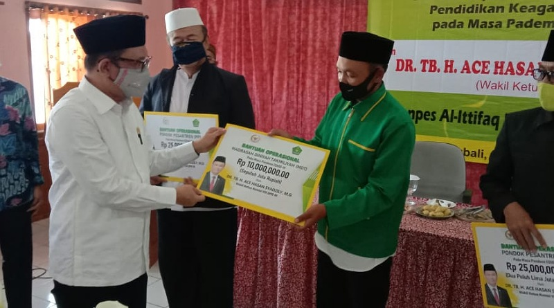 Ace Hasan Bagikan Ribuan Bantuan Operasional Untuk Ponpes, TPA dan Madrasah di Ciwidey Bandung