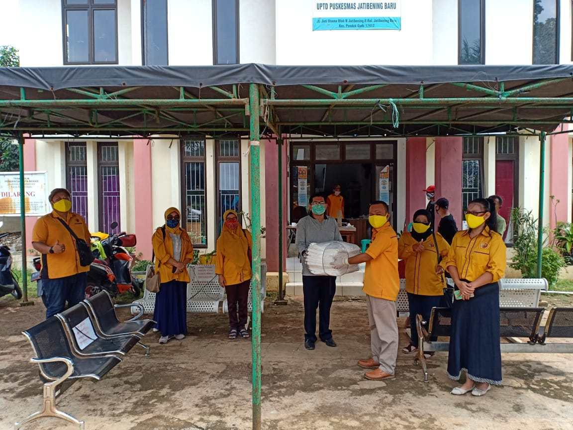 Machrul Falak Pimpin Ormas MKGR Bagikan APD Ke Sejumlah Puskesmas di Kota Bekasi