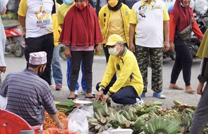 Blusukan Ke Pasar Sentral Masamba, Taufan Pawe Borong Jualan Pedagang dan Traktir Masyarakat