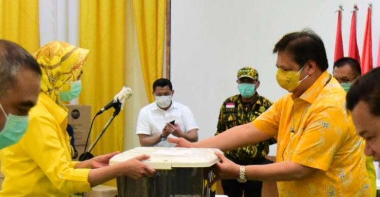 Lawan COVID-19, Golkar Bagikan Ribuan APD, Masker, Hand Sanitizer Ke RS dan Masyarakat