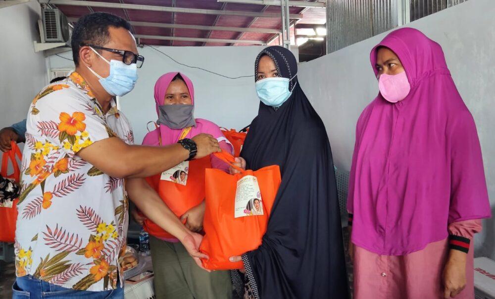 Blusukan Dari Rumah Ke Rumah, Irwan Hunawa Bagikan Sembako Untuk Warga Kota Gorontalo