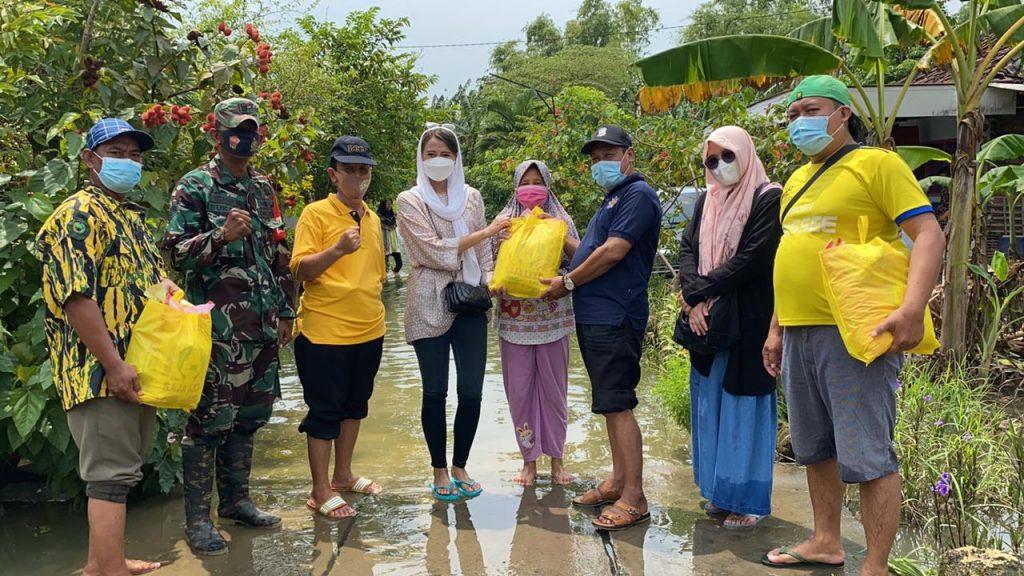 Bersama Ahmad Nurhamim, Dyah Roro Esti Serahkan 500 Paket Sembako Bagi Korban Banjir Benjeng Gresik