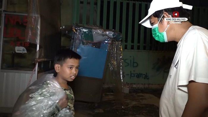 Saat Dedi Mulyadi Tersentuh Kisah Caswara, Bocah Piatu Yang Bantu Ayahnya Jadi Pemulung