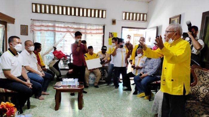 57 Tahun Mengabdi di Golkar Sumut, Musa Rajekshah Berikan Sepeda Motor Untuk Jahe Singarimbun