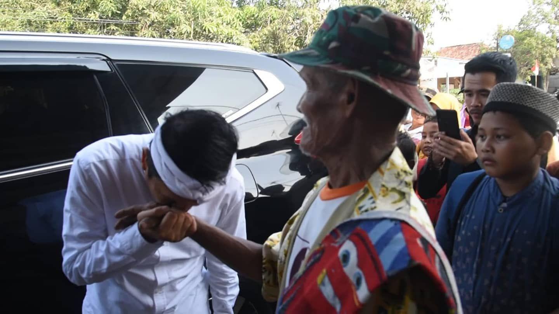 Cium Tangan Kakek Penjual Pengki, Dedi Mulyadi: Dia Tolak Uang Pemberian Saya