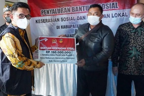 Ace Hasan Serahkan Bantuan Keserasian Sosial Rp.150 Juta Untuk Warga Bandung dan Bandung Barat