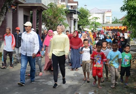 Lewat Jalan Sehat, Dyah Roro Esti Ajak Masyarakat Lamongan Tak Panik Hadapi Wabah Corona