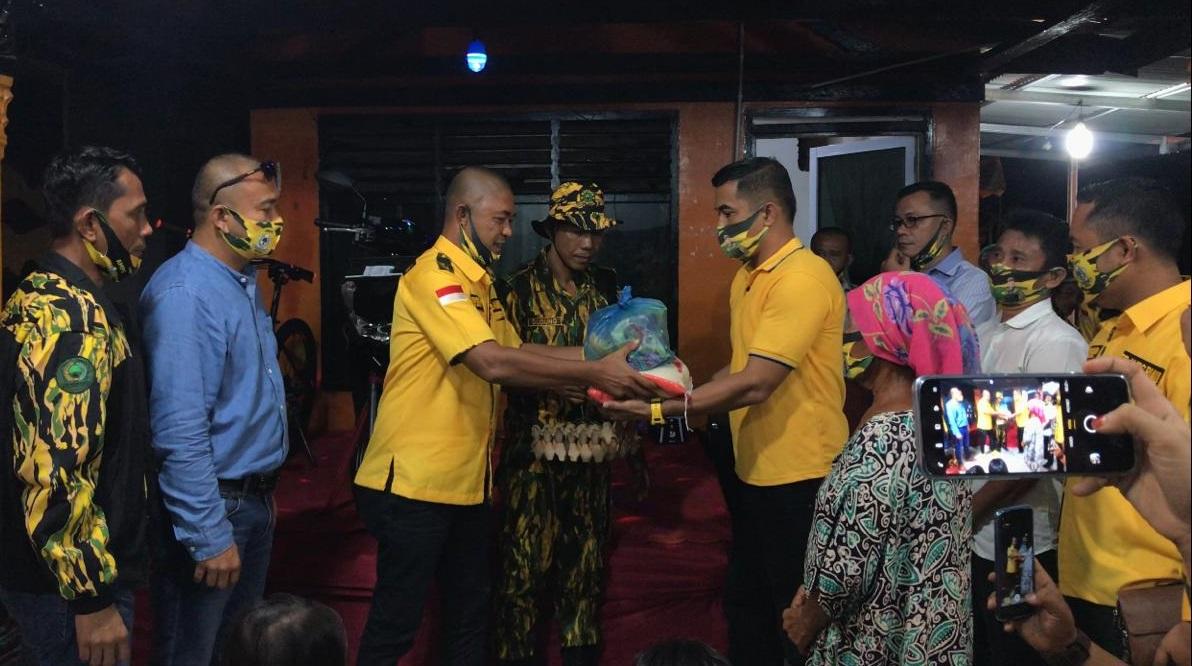 Hari Sumpah Pemuda ke-92, AMPG Riau Bagikan Ratusan Paket Sembako di Rumbai Pesisir