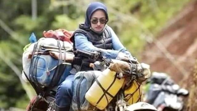 Aksi Heroik Bupati Indah Putri Indriani Bagikan Bansos Warga Luwu Utara Naik Motor Trail