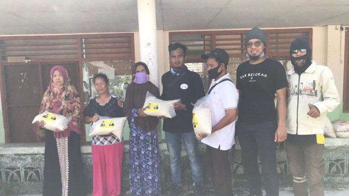 Bambang Patijaya Salurkan Sembako Bagi Masyarakat Tukak Sadai Lewat Paguyuban Vespa Pangkalpinang