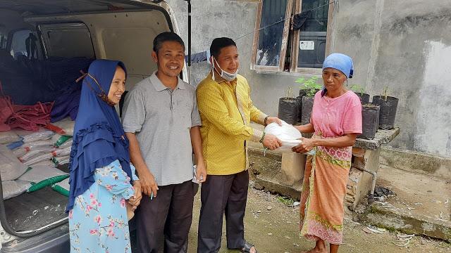 Zulhardi Latief Bagikan 2 Ton Beras Bagi Warga Kurang Mampu di Kuranji Kota Padang