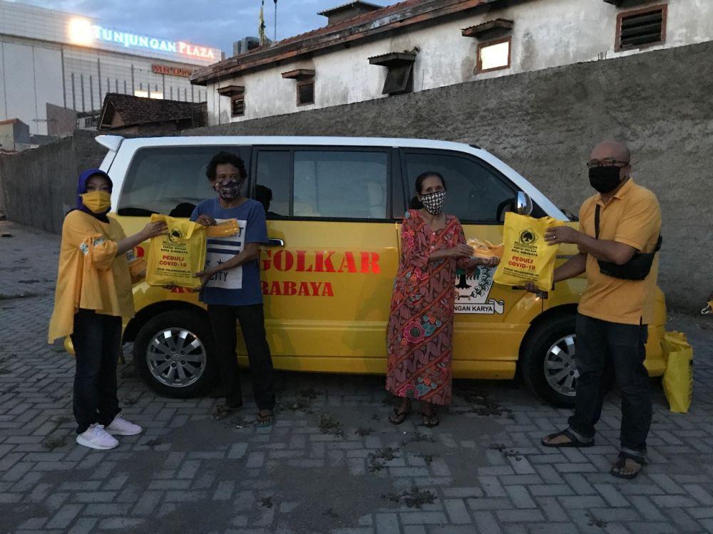 Blegur Prijanggono Bagikan Ribuan Paket Sembako Bagi Warga Kota Surabaya