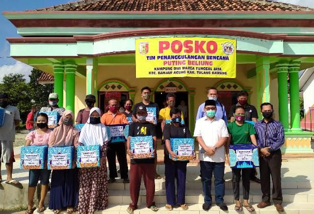 Hanan A Rozak Serahkan Bantuan Perantau Tulangbawang Untuk Korban Putting Beliung di Banjaragung