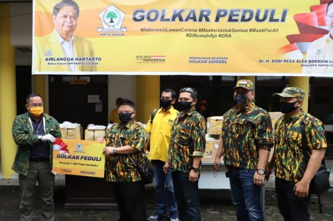 Dodi Reza Alex Serahkan Ratusan Set APD Untuk RSUP Mohammad Hosein Palembang