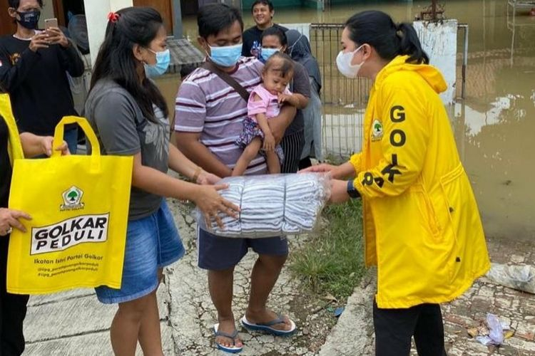 IIPG Serahkan Langsung Ratusan Paket Sembako dan Makanan Siap Saji Untuk Warga Korban Banjir Subang