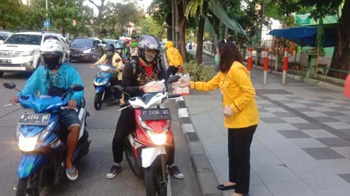 Aries Kristiyani Pimpin HWK Kota Surabaya Bagikan Ratusan Takjil dan Vitamin Bagi Pengguna Jalan