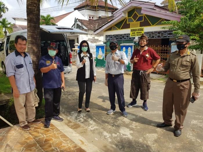 Anita Noeringhati Pimpin Penyemprotan Desinfektan di Komplek Bukit Sejahtera Palembang