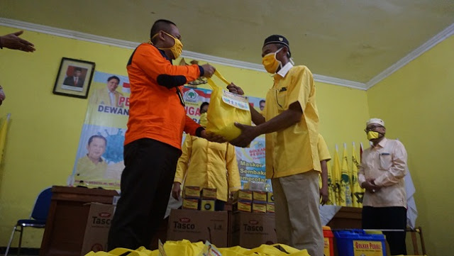 Golkar Bagikan 750 Paket Sembako Untuk 26 Kecamatan di Kebumen