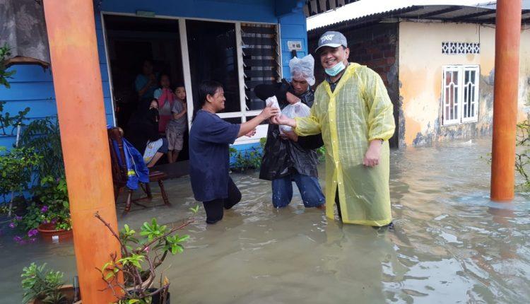 Arungi Banjir, Ade Angga Bagikan Nasi Bungkus ke Warga Tanjungpinang