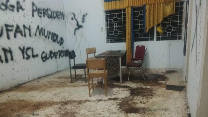 Duh! Dirusak Sejumlah Massa, Kantor Golkar Kabupaten Sinjai Penuh Coretan Vandalisme