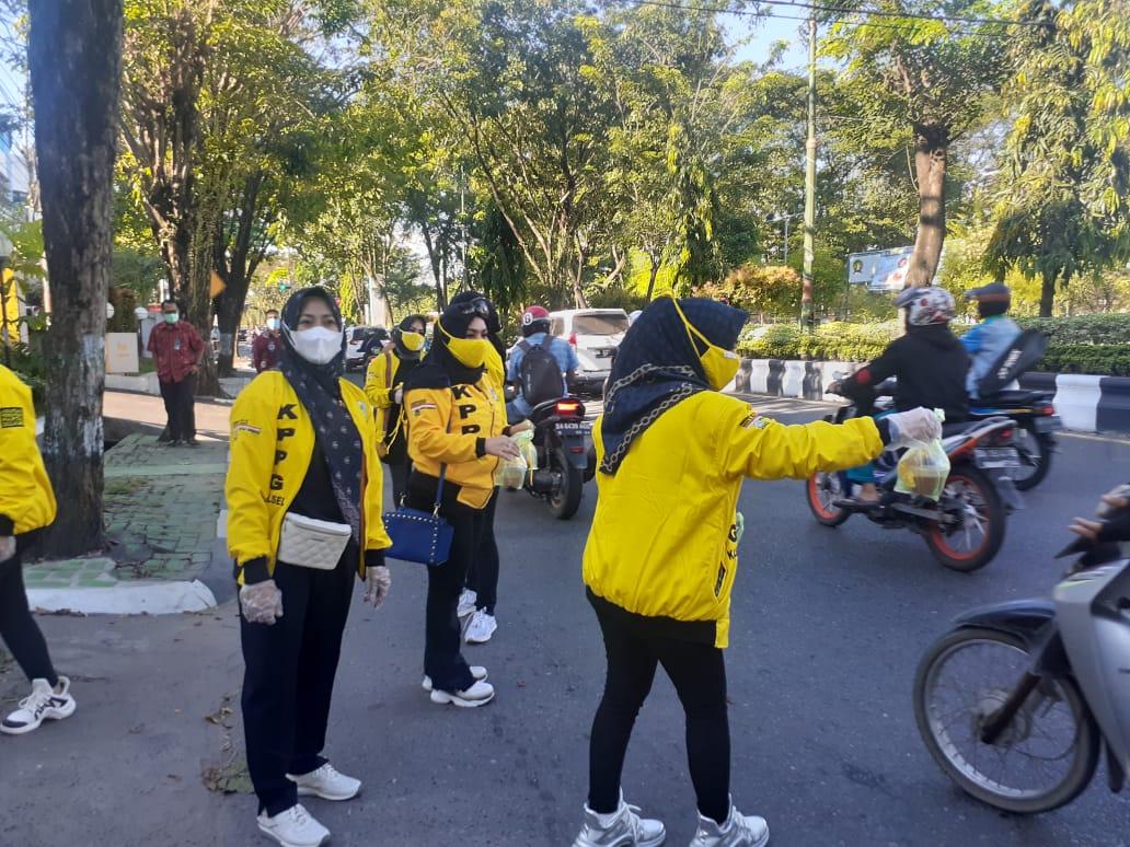 Semarakkan Ramadhan di Hari Kartini, KPPG Kalsel Bagikan Ratusan Takjil Untuk Para Pengguna Jalan
