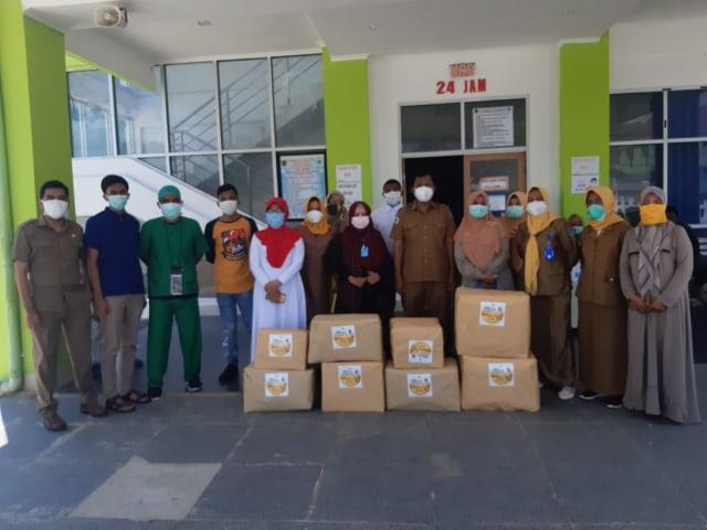 Wa Ode Rabia Al Adawia Berikan Ratusan APD Untuk Lindungi Tim Medis RS Rujukan COVID-19 Sultra