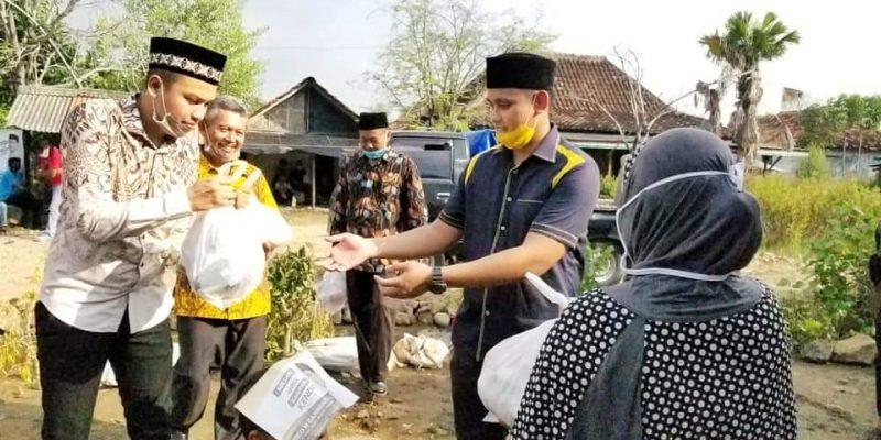 Bersama Golkar Kendal, Dico Ganinduto Salurkan Sembako Untuk Korban Banjir Rob di Dusun Sopoyono