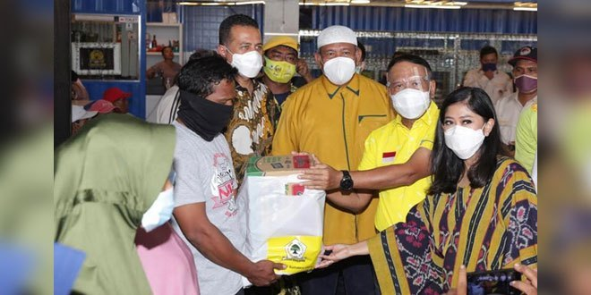 Bersama Zainudin Amali, Musa Rajekshah Bagikan 1000 Paket Sembako Golkar Sumut ke Warga Belawan