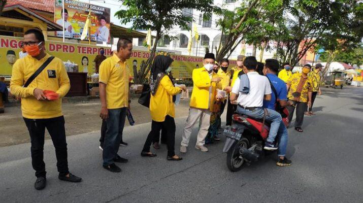 Andi Suhaimi Dalimunthe Pimpin Golkar Labuhanbatu Berbagi Takjil dan Masker ke Pengendara Motor