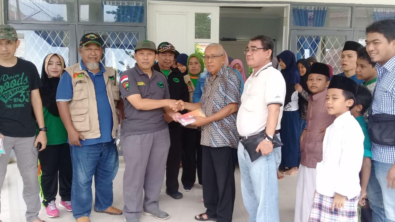 H. Sukarya Beri Bantuan Peralatan Sekolah di Posko Banjir Karang Taruna Tangsel