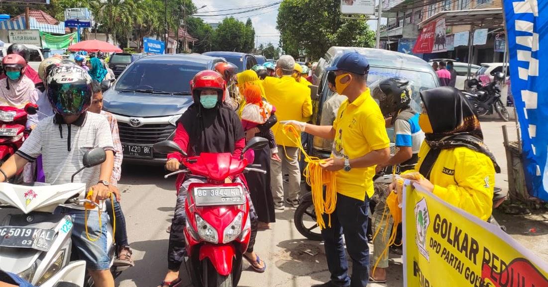 Bakri Tarmusi Pimpin Kader Golkar OKI Bagikan Ribuan Masker di Kota Kayuagung