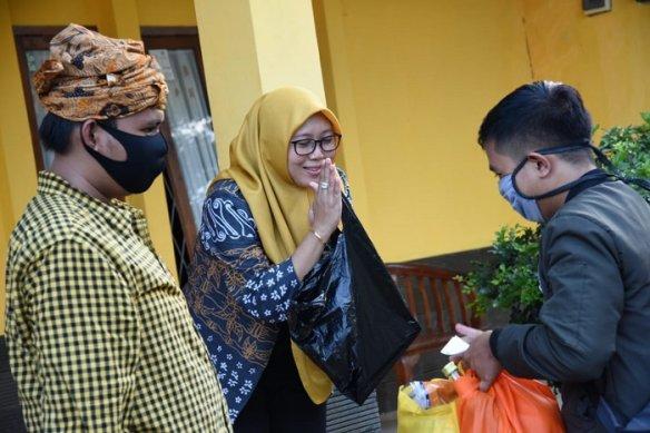 Tuti Ruhani Bagikan 7000 Masker Produksi Penjahit Lokal Untuk 9 Desa di Kecamatan Purwakarta