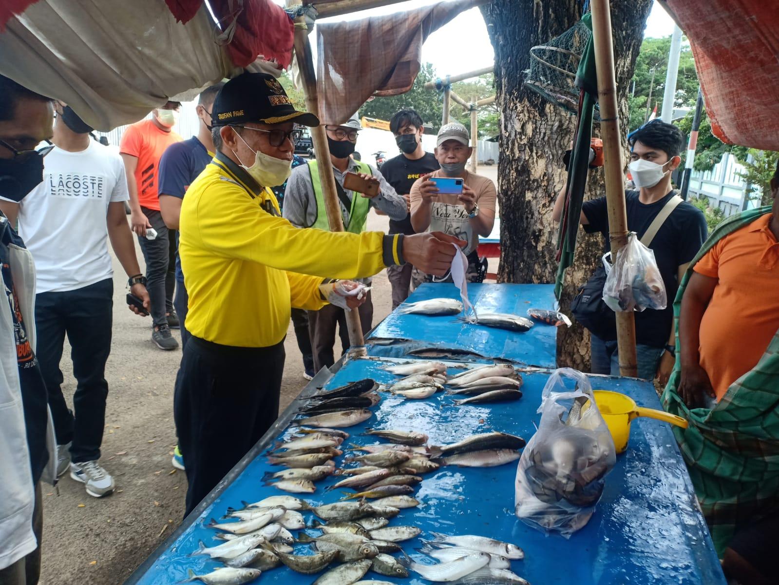 Blusukan Keliling Parepare, Walikota Taufan Pawe Borong Dagangan Para Pelaku UMKM