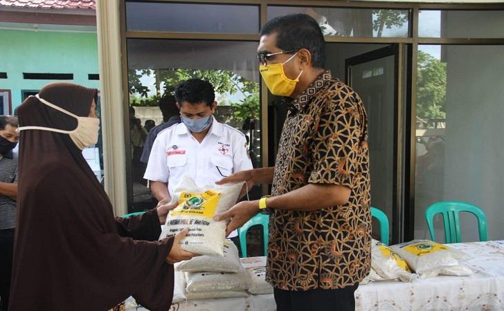 Parisman Ihwan Salurkan 5 Ton Beras Bagi Warga Kota Pekanbaru Terdampak COVID-19