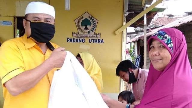 Golkar Kota Padang Bagikan Sembako Untuk Warga Terdampak COVID-19 Dari Rumah ke Rumah