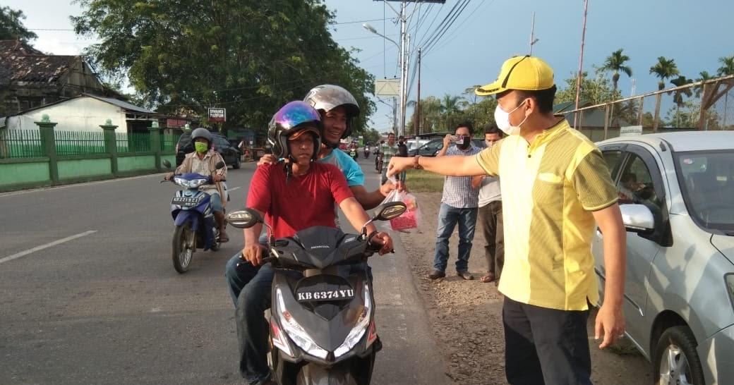 Andi Syarif Pimpin Golkar Singkawang Berbagi Takjil dan Paket Sembako di Posko COVID-19