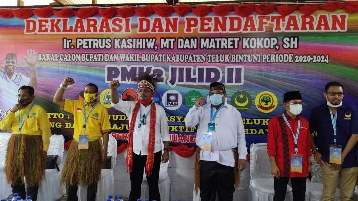 Didukung 8 Partai, Petrus Kasihiw-Matret Kokop Daftar ke KPU Teluk Bintuni
