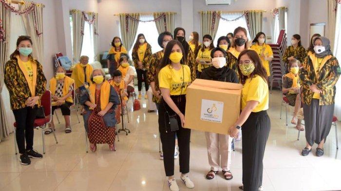 Clarine Dieta Pimpin Perempuan AMPG Kampanyekan 3M di Panti Werdha Wisma Mulia