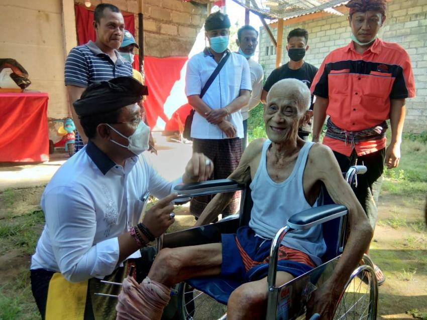Gus Adhi Serahkan Bantuan Kursi Roda Untuk Seniman Tari Bali Made Wirya Kusuma