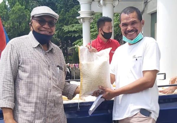 Melchias Mekeng Salurkan 3,5 Ton Beras Untuk 700 Keluarga Maumere di DKI Jakarta