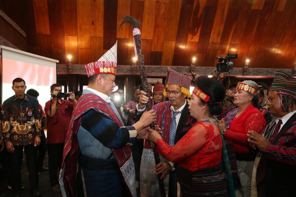 Terima Tongkat dan Pakaian Adat Raja Batak, Bamsoet Terlecut Terus Majukan Budaya Nasional