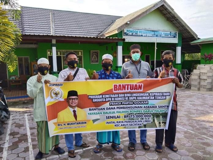 Mukhtarudin Bantu Rp.75 Juta Untuk Pembangunan Asrama Ponpes Darul Falah Kotawaringin Barat