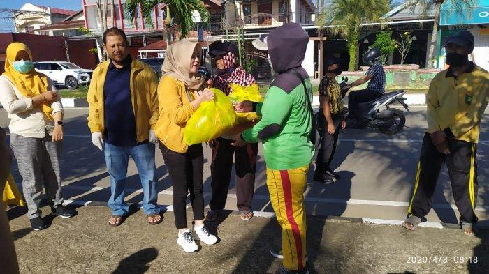 Abdul Rasid Pimpin Kader Golkar Kukar Bagikan Paket Sembako Untuk Masyarakat Tenggarong