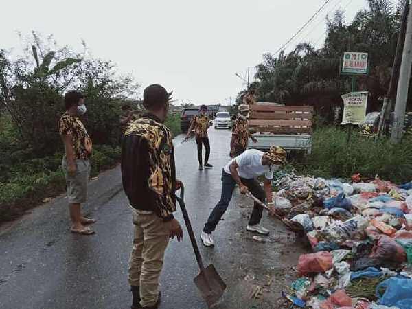 Taufiq Erman Pimpin AMPG Riau Gotong Royong Bersihkan Sampah di Pekanbaru Riau
