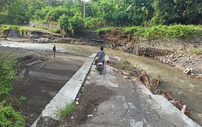 Bagus Adhi Mahendra Putra Bantu Perbaiki Jembatan Bungkulan Yang Sudah 4 Tahun Rusak Parah