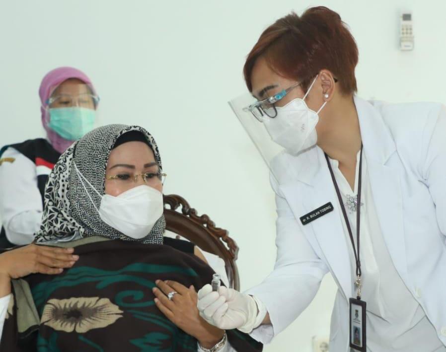 Ditanya Perasaan Disuntik Vaksin COVID-19, Ratu Tatu Chasanah: Ikhtiar Sehat. Bismillah, Tawakkaltu!