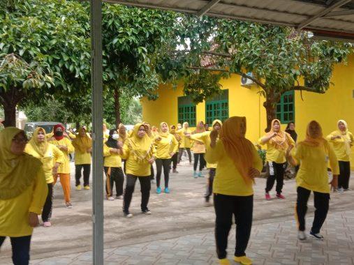 Pererat Silaturahmi Kader Golkar Tanggamus, Puluhan Emak-Emak Pengajian Al-Hidayah Gelar Senam Sehat