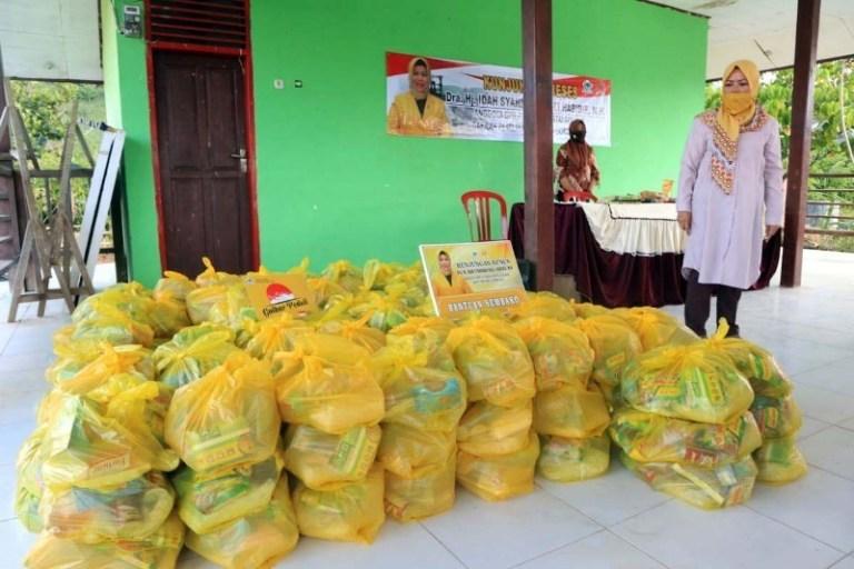 Idah Syahidah Bantu Transmigran Boalemo Yang Belum Dapat Bansos COVID-19 Dari Pemerintah
