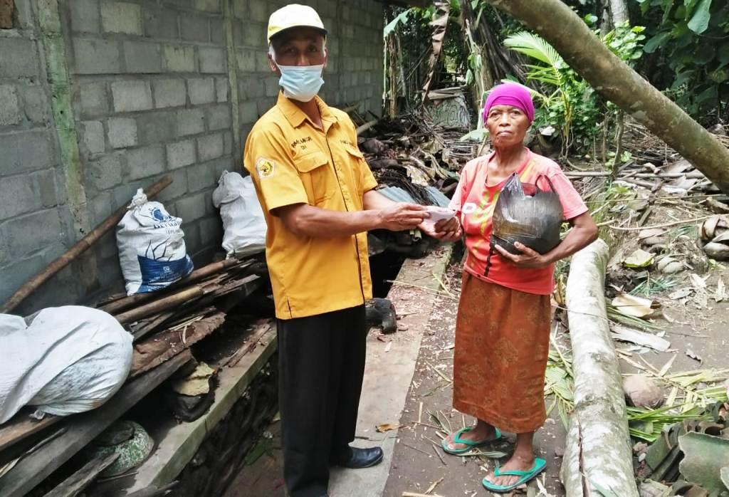 Ormas MKGR Kulonprogo Santuni Keluarga Korban Angin Ribut Yang Rumahnya Tertimpa Pohon Tumbang