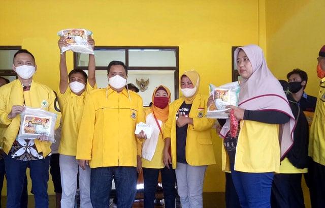 Dave Laksono Pimpin Golkar Kabupaten Cirebon Bagikan Ribuan Paket Sembako Untuk Masyarakat